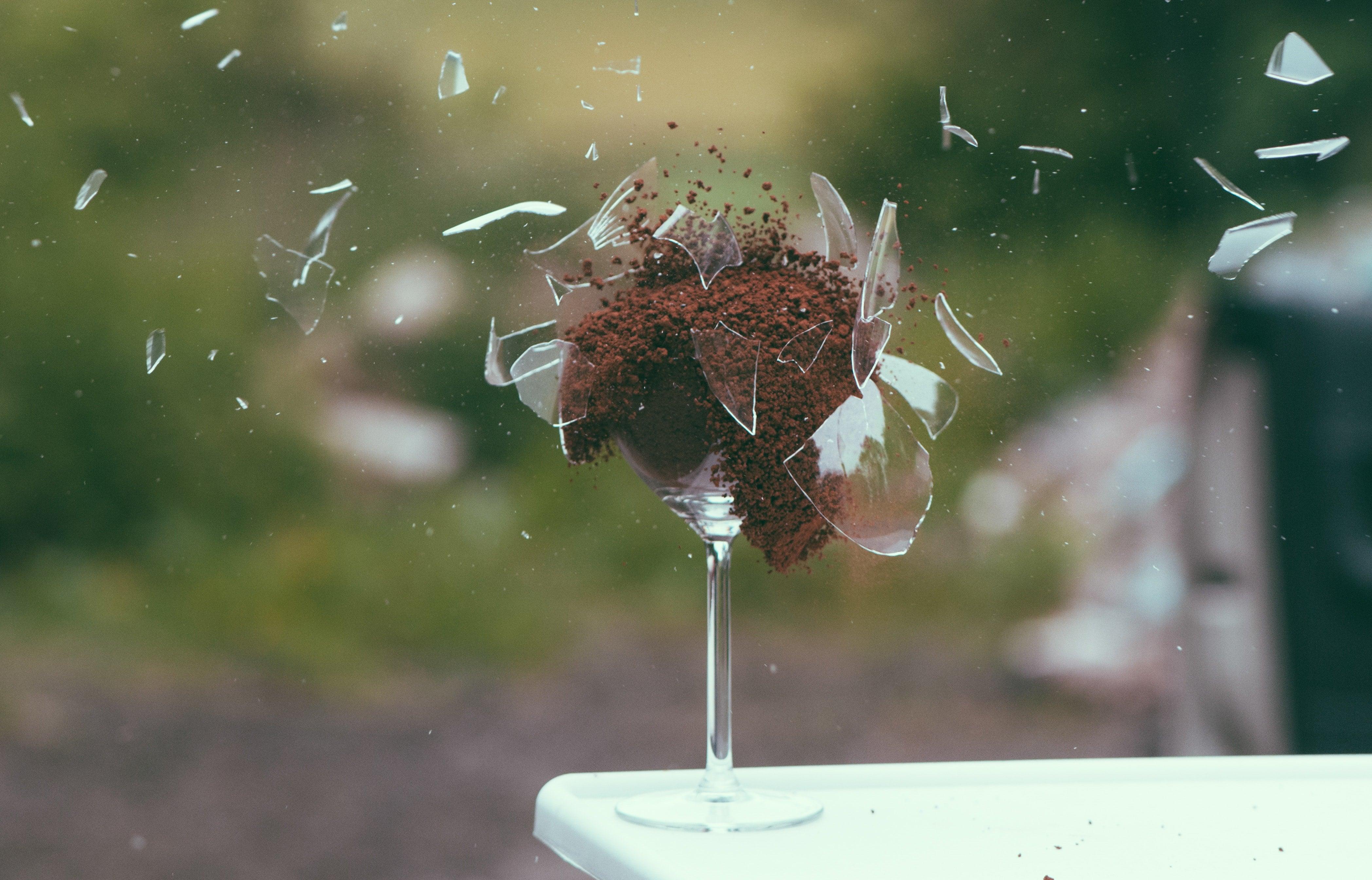 bicchiere-distrutto-esagerare